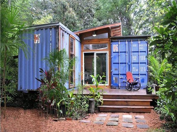 nhà container giữa rừng cây xanh ngát