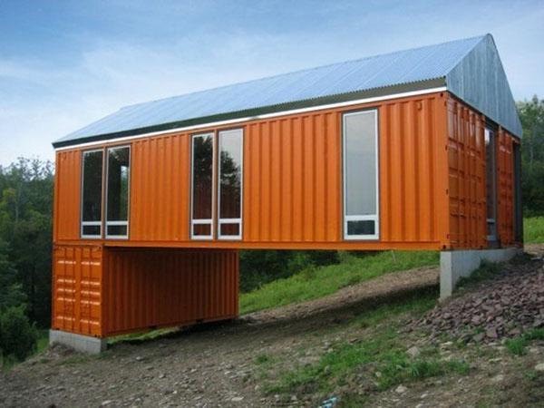 nhà container được xây dựng trên sườn dốc